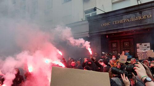 Протести на підтримку Стерненка: мітингарі закидали фаєрами Офіс генпрокурора і готуються до безстрокової акції (фото, відео)