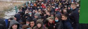 Стоять годинами, аби допомогти: на українсько-польському кордоні – довжелезні черги (фото)